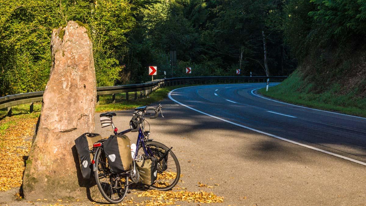 Straße entlang des Ulfenbachs