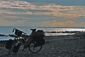 Fahrrad am Strand Sonne geht unter Santos Reiserad
