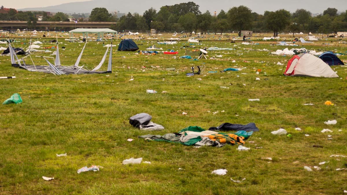 Festivalgelände (als hätte eine Bombe eingeschlagen)