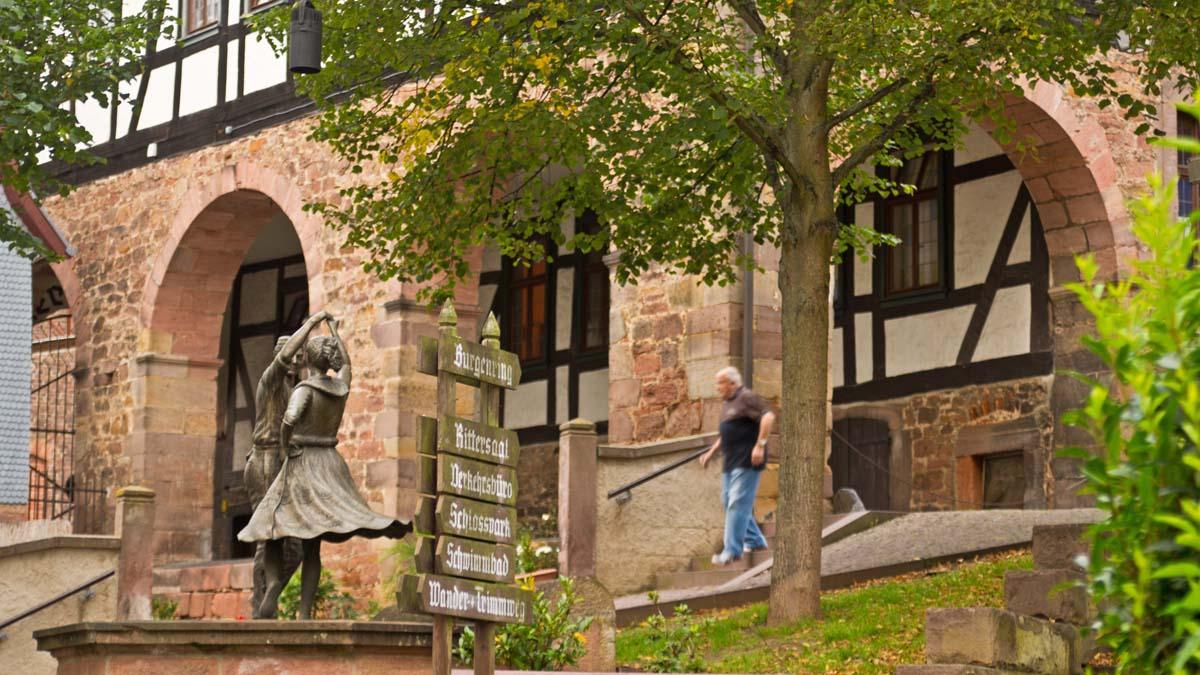 Tänzerskulptur in der Altstadt von Schlitz